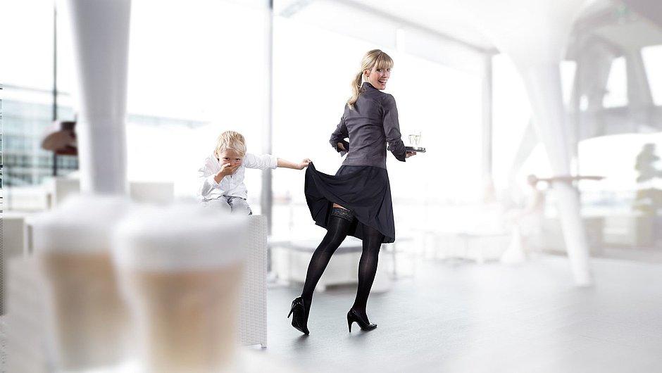 Kellnerin trägt mediven elegance