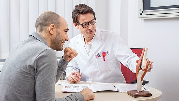 doctor is consulting about the treatment of knee joint injuries -