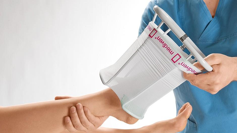 medi Hospitalbutler donning aid white
